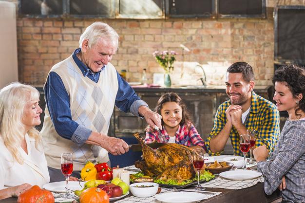 Familia feliz comiendo